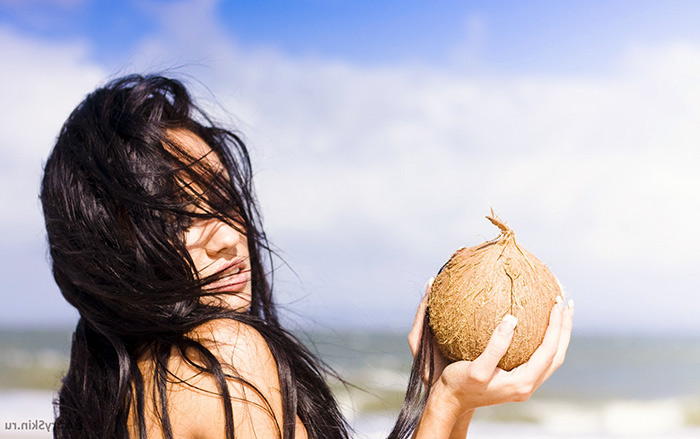 Женщина с кокосом