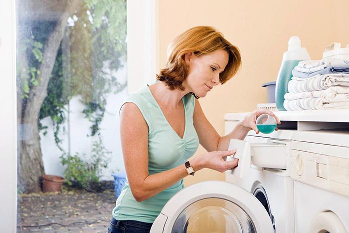 женщина стирает