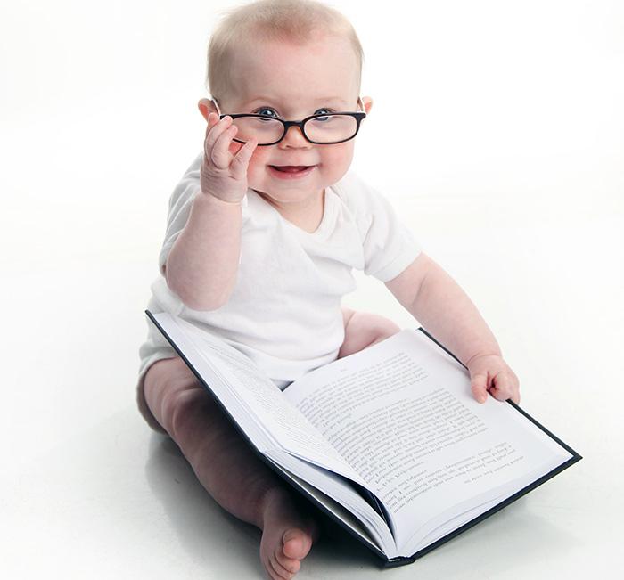 Младенец с книгой