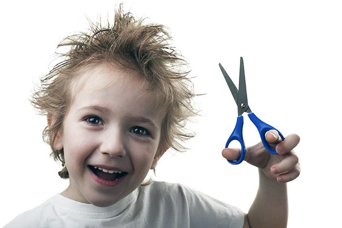 мальчик с ножницами