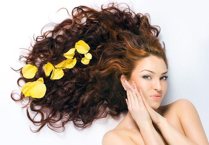 лепестки на волосах